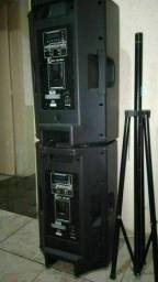 Som caixas, mesa, cubo, microfones com pedestais com cachimbo e cabos.