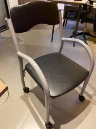 Oportunidade!!! Cadeira preta com rodinhas!