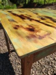 Mesa de madeira estilo colônial