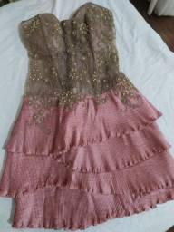 Vestido curto bordado rosa e bege com babado seminovo Patchoulee