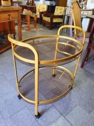 Antigo carrinho de chá em metal e vidros