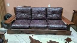 Sofá de imbuia e couro