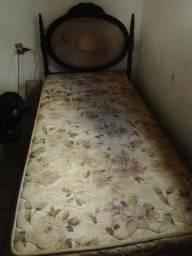 Título do anúncio: Cama de Madeira antiga e Colchão de mola
