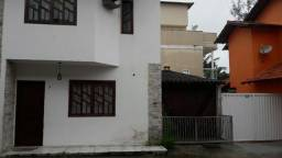 Casa em condomínio Costa azul, cozinha planejada, área gourmet. Próximo a pista.
