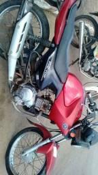 Uma roda traseira completa da moto Factor