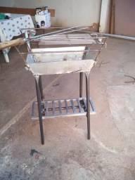 Churrasqueira galvanizada com grelha e espeto inox