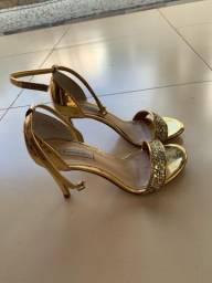 Sandália dourada Raphaella Booz