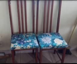 4 lindas cadeiras de madeira maciça e estofado impermeável.