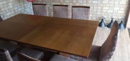 Mesa de madeira com cadeiras revestidas com tecido de suede