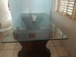 Mesa de vidro temperado.