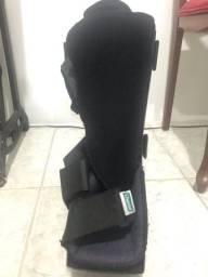 Bota ortopédica robofut e par de muletas