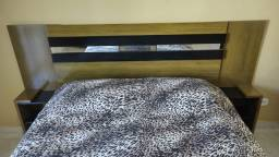 Cabeceira de cama com criado mudo