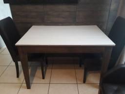 Mesa com revestimento de piso