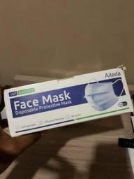 Máscara descartáveis pacote com 50 unidades com 3 camadas de proteção.