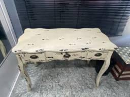 Mesa escrivaninha c/ 3 gavetas bombe