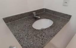 Bancada de marmore com pia em louça e torneira