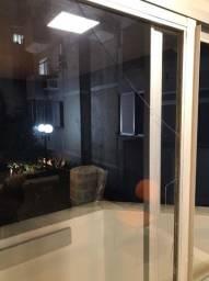 Porta de vidro com acabamento fosco de metal