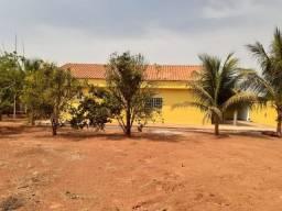 Chácara em Unaí (MG), Casa com 03 Quartos, 02 Banheiros, Terreno com 900m²
