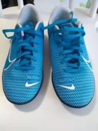 Chuteira Nike tamanho 32
