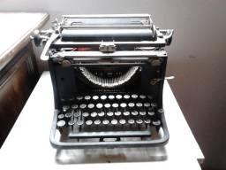 Máquina de escrever continental funcionando