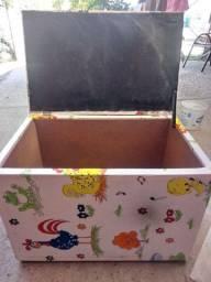 Bau de brinquedos e tapete pedagógico