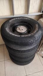 Jogo de rodas em aço com pneus 235/75R15 e calotas Ranger