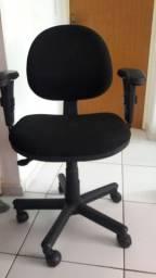 cadeira giratória com regulagem de altura e braços