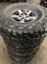 Jogo de rodas e pneus semi novos 35x12,5R15.