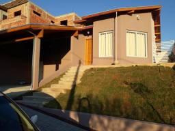Casa em condomínio na zona norte de SJC