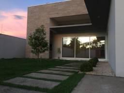 Linda casa com fachada de vidro