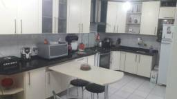 Cozinha armários nichos balcões granito pia mesa banquetas