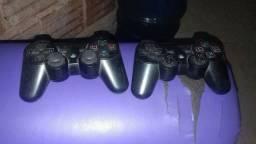 Dois controle e play serve pra ps2 i ps3 todo bom meu zap *