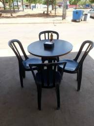 Cadeiras de plástico na cor preta