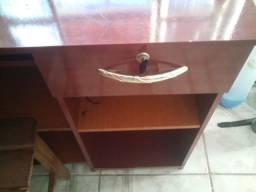 Escrivaninha de madeira e gaveta com chave