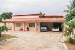 Casa em condomínio fechado, em Vicente Pires. Imóvel todo na cerâmica, 03 quartos, 01 semi