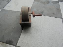 Esmeril antigo manual com base de madeira