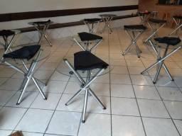 Mesa redonda e cadeiras
