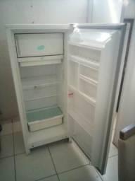 Vendo geladeira em bom estado 300 reais