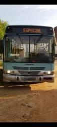 Onibus no ponto de transferir