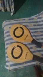Cama elástica para malhar e um par de raquets