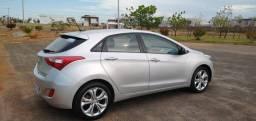 Carro Hyundai modelo I30 4 portas prata.