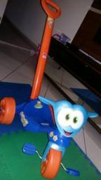 Triciclo Zootico marca Bandeirantes com alças para empurrar!