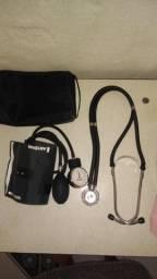 Estetoscópio + aparelho de verificar pressão arterial.