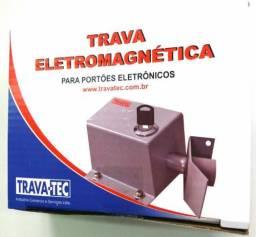 Trava eletromagnética para portão de elevação