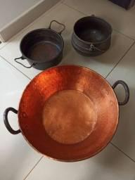 Tacho de cobre e panelas de ferro