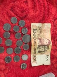 Notas e moedas de dinheiro antigo