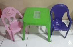Mesa com cadeiras plásticas infantil