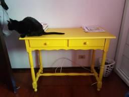 Escrivaninha de madeira com cadeira