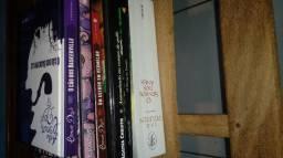 Pilha de livros em excelente estado