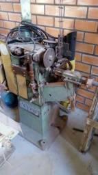 Maquina para fazer rosca em tampas metálicas
